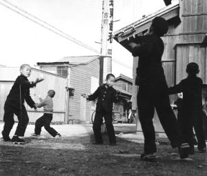 Playing with spinning tops in Tsuda, photgraph taken by Mr. Sawai Yoshimi (post-war).